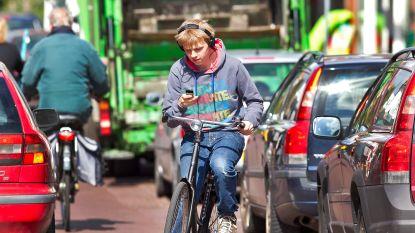 Steeds meer boetes voor gsm'en op de fiets, maar grote regionale verschillen: 205 in Gent, 362 in Leuven, 4 in Luik en 0 in Charleroi