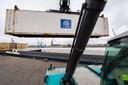 Schepen die laden en lossen laten vaak de motor stationair draaien, door op de wal in het elektriciteitsnet in te pluggen voorkom je dieseluitstoot.