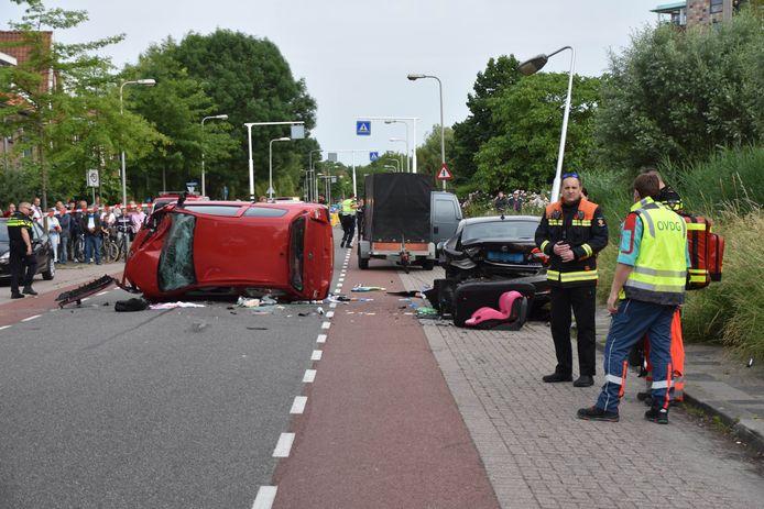 Een automobilist heeft dinsdagavond een fietser aangereden, is vervolgens honderden meters verderop uit de bocht gevlogen, ramde een geparkeerde auto en kwam op zijn zijkant tot stilstand op de Koningin Wilhelminaweg in Gouda.