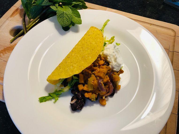 Tacoschelpen met bataat, munt en hoorntjes des overvloeds. Beeld Onno Kleyn