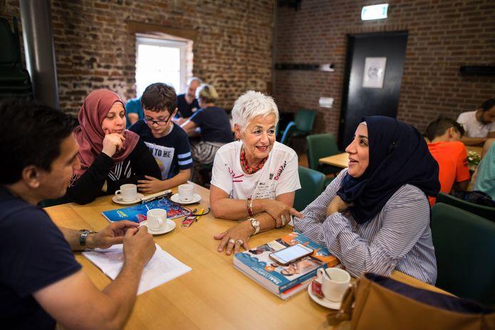 Bij Taterkaai leren anderstaligen onder begeleiding van vrijwilligers Nederlands.
