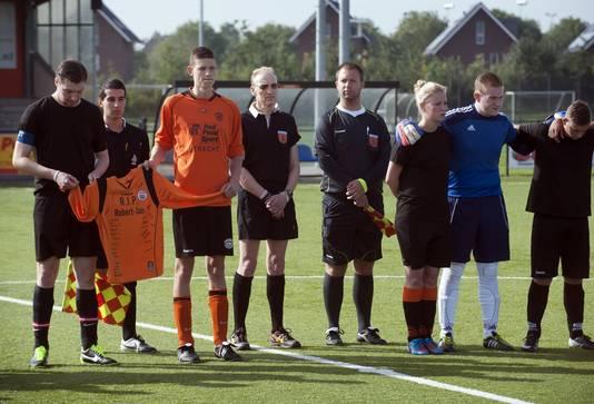 Teamgenoten van Robert-Jan herdenken hun overleden vriend voorafgaand aan een voetbalwedstrijd