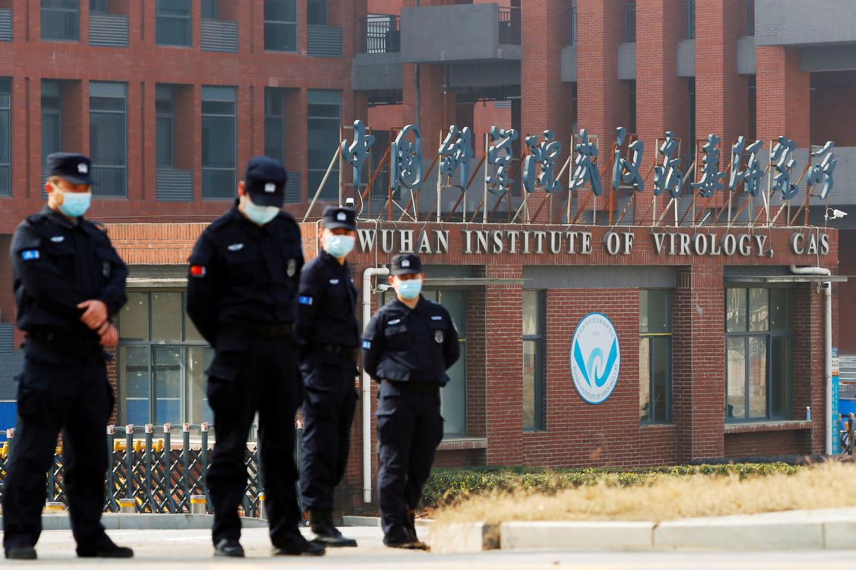 Bewakers voor het laboratorium in Wuhan in februari dit jaar. Beeld Reuters