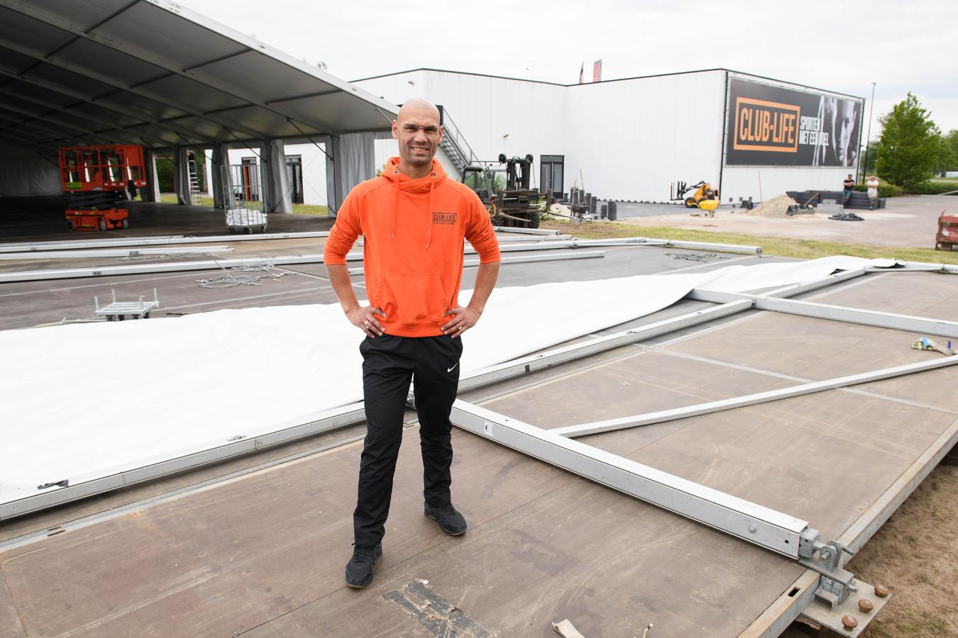 Sportschool CLUB-LIFE in Hengelo mag weer open! Niet binnen, maar buiten onder een overkapping van 1800 vierkante meter. Op de foto eigenaar Lucién Hoek.