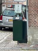 Dichtgeplakte afvalbak in vesting Heusden. Op de bovenste zit een papiertje met de tekst 'deze bak is gesloten wegens stankoverlast'.