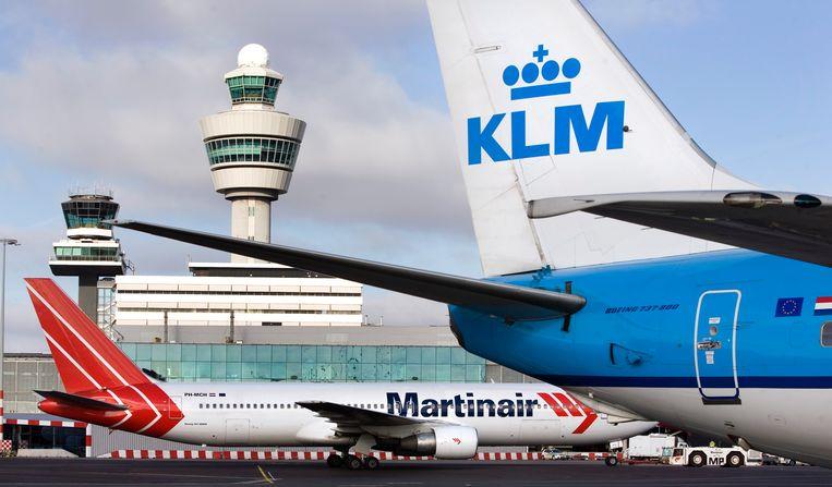 Een Boeing 767 van Martinair staat op Schiphol naast een Boeing 737 van KLM.  Beeld Ruud Taal. ANP