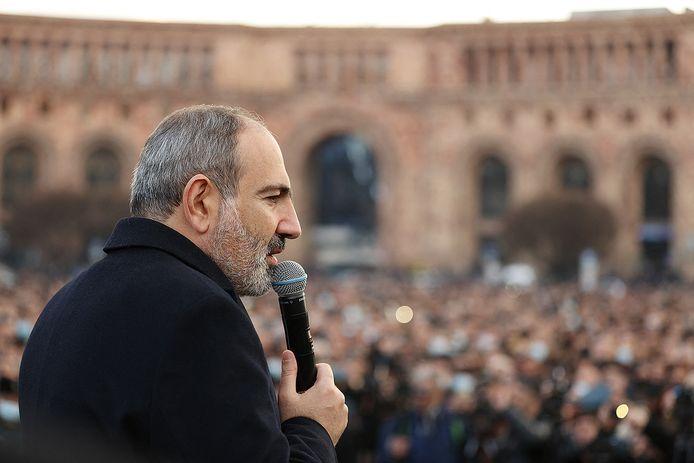 De Armeense premier Nikol Pasjinian spreekt zijn aanhangers toe.