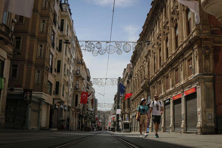 De lege Istiklalstraat in Istanboel. Alleen toeristen mogen rondwandelen in het centrum.  Beeld SOPA Images/LightRocket via Gett