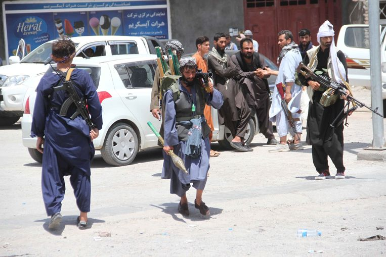 Privémilities patrouilleren in Herat, dat werd heroverd op de taliban. Beeld EPA