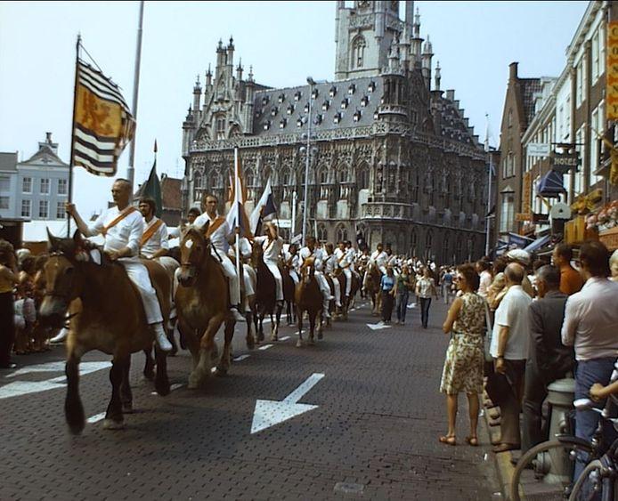 Optocht ringrijders op de Markt in Middelburg, halverwege de jaren zeventig. Beeld uit een van de Middelburgs Mozaïek-films, gemaakt door Cor Dees