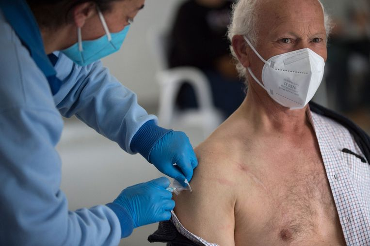 Illustratiebeeld. Een man ontvangt een prik met het Jannsen-vaccin.  Beeld AFP