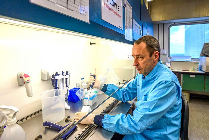 Viroloog dr. Bart Haagman doet in het Erasmus MC in Rotterdam onderzoek naar het coronavirus.