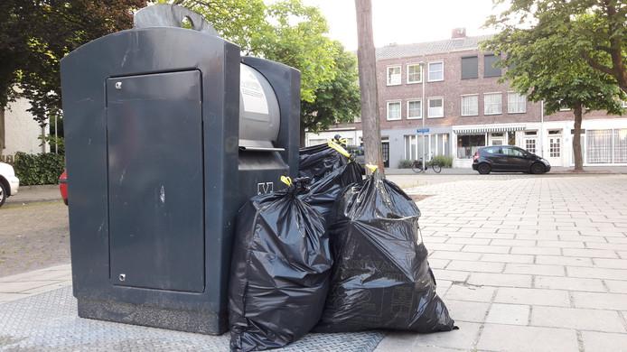 Bij de ondergrondse container aan de Sint Lebuinuslaan in Eindhoven begint het afval zich al op te stapelen.