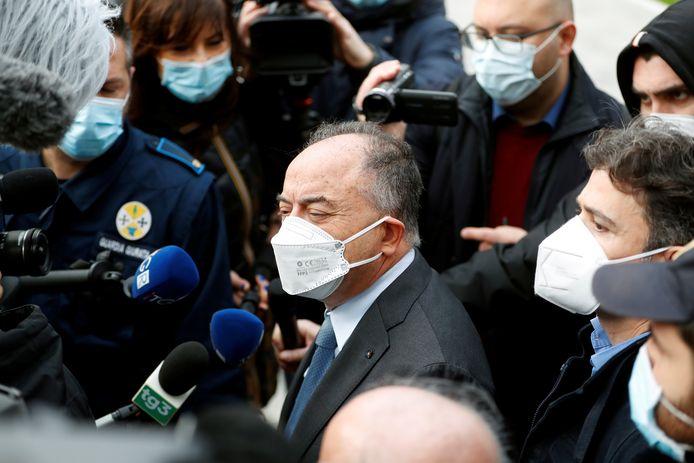 De Italiaanse rechter en openbaar aanklager Nicola Gratteri staat de media te woord voorafgaand aan een zitting in het proces van ruim 350 mogelijke leden van de 'Ndrangheta-maffiabende.