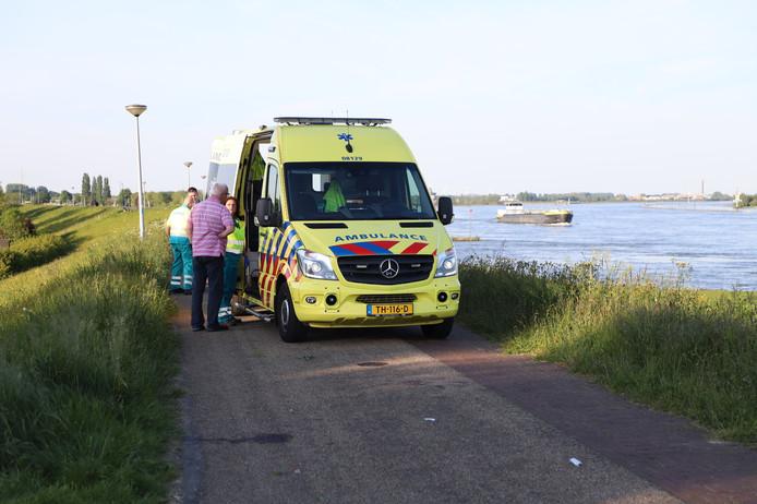 De ambulance op de dijk.