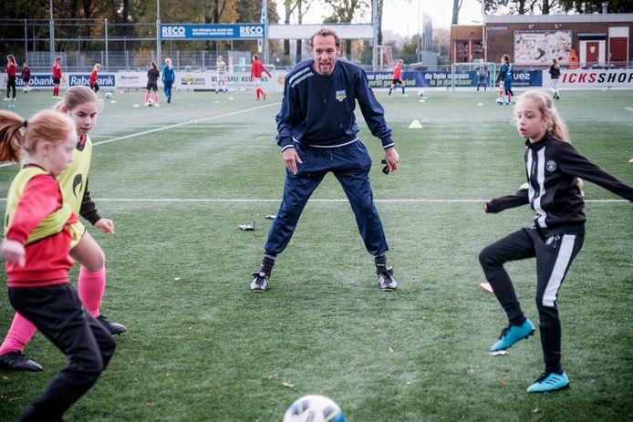 Arjan van der Laan, in 2015 bondscoach van de Nederlandse Leeuwinnen, geeft een training/workshop aan de meisjesjeugd bij Alphense Boys.