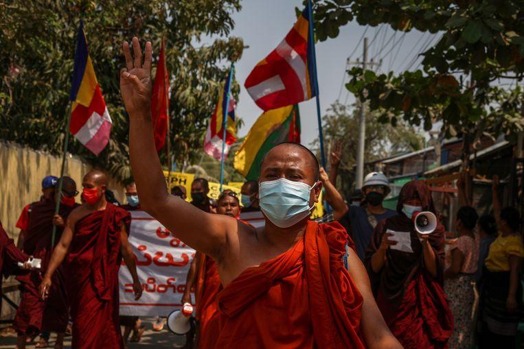 Een boeddhistische monnik woensdag bij de protesten in de stad Mandalay in Myanmar. Beeld EPA