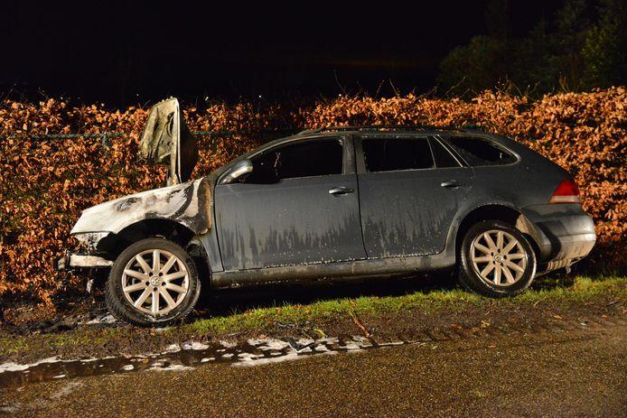 Auto vat vlam na botsing tegen boom Zundert.
