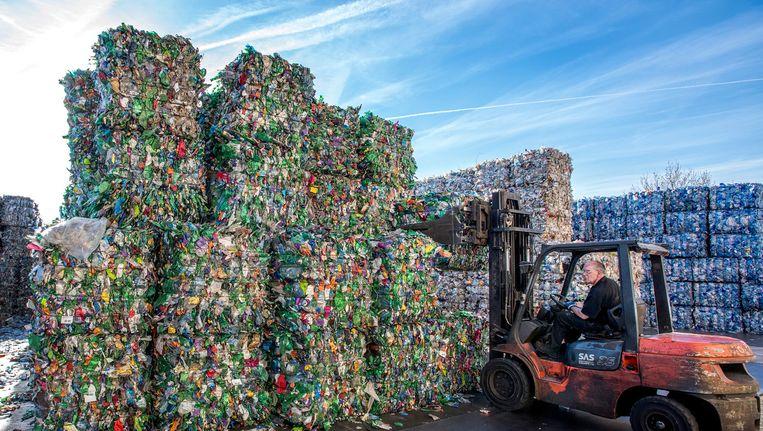 Recylcing bij 4Pet in Arnhem. In Nederland wordt jaarlijks 95 procent van de 650 miljoen petflessen ingeleverd. Beeld null