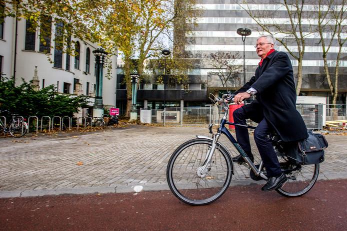 Burgemeester Weterings op weg naar werkplek.