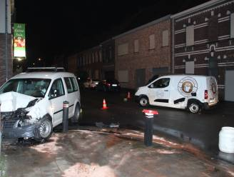 Auto belandt tegen gevel na botsing op kruispunt in Emelgem