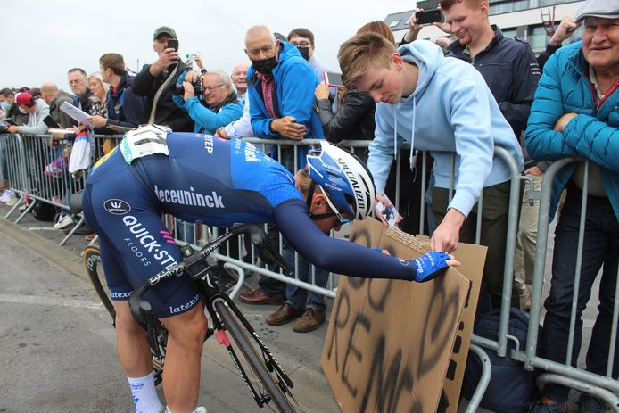 Remco Evenepoel nam ruim de tijd om handtekeningen te plaatsen.
