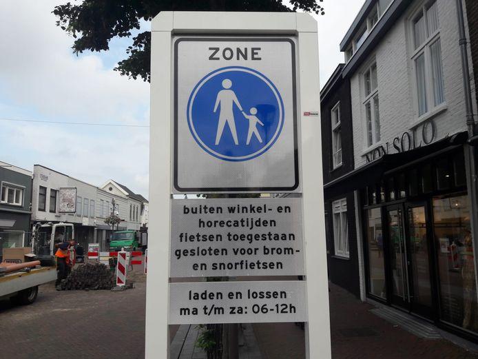 Fietsers zijn in dit deel van de Waalwijkse Stationsstraat alleen welkom buiten winkel- en horecatijden. Maar wanneer is dat dan?