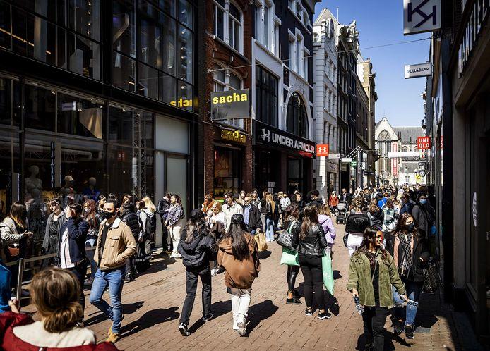 Winkelende mensen in de Amsterdamse Kalverstraat.