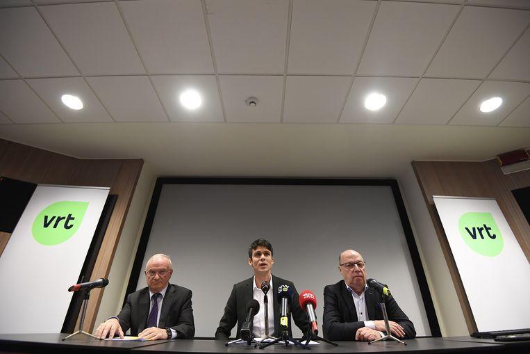V.l.n.r. voorzitter van de raad van bestuur van de VRT Luc Van den Brande, mediaminister Benjamin Dalle en interim-CEO Leo Hellemans. Het document van 'bemiddelaar' Van Vrekhem was voor Dalle en Van den Brande de bevestiging dat er ingegrepen moest worden. Beeld BELGA