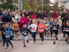 Ingespannen koppies en strak gestrikte schoenen; mini's lopen hun eigen rondje bij Amersfoort Marathon