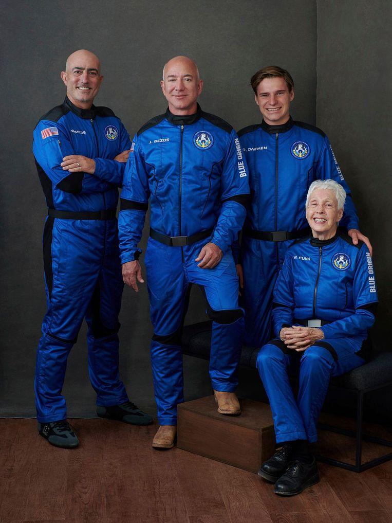 Van links naar rechts: de broers Mark en Jeff Bezos, de Nederlander Oliver Daemen en Wally Funk. Beeld AP