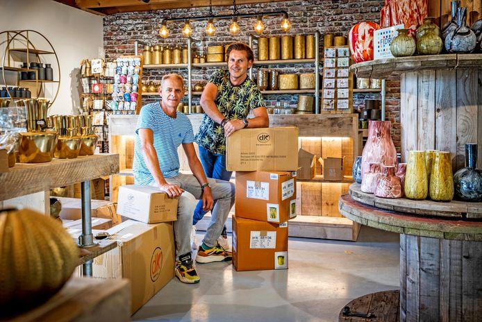 Leon Melissant (links) en Jeroen van den Berg hebben een pop-upconcept uitgebouwd tot een echte winkel waar zij vanaf 1 oktober decoraties en bloemen zullen verkopen.