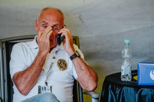 Teammanager Marc Sergeant van Lotto-Soudal nadat hij het tragisch nieuws hoort.