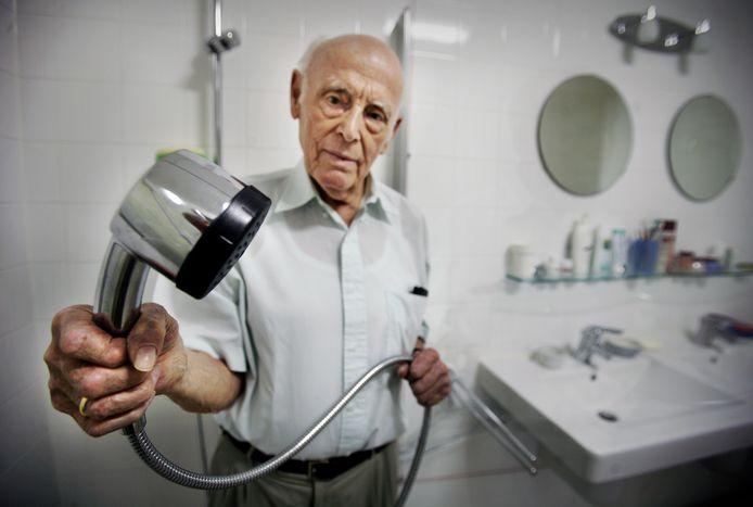 Bewoner Cor de Hoog van verzorgingshuis Onderwatershof uit Rijswijk, waar in 2009 gevaar voor Legionella ontstond door verkeerd aangelegde leidingen. Foto:Frank Jansen