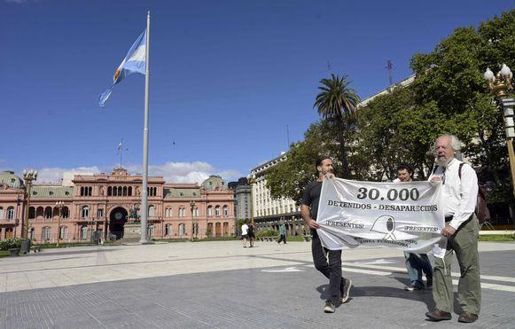 Donderdag liepen slechts drie personen mee in de wekelijkse herdenkingsronde. In Argentinië geldt een uitgaansverbod vanwege het coronavirus.
