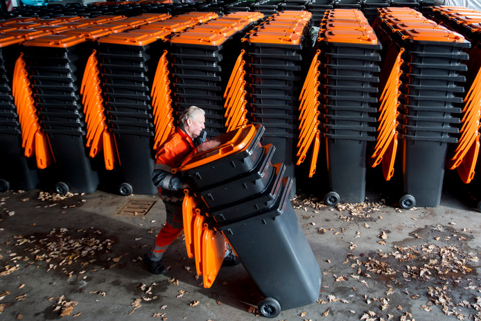 In Apeldoorn krijgt iedereen een oranje container voor plastic afval voor de deur. In plaats daarvan maakt langzaam maar zeker de grijs restafval-container plaats. Restafval moet je er voortaan afleveren in ondergrondse containers die op centrale plekken in de wijken staan.