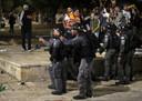 Israëlische agenten met getrokken wapens tijdens de botsingen met Palestijnse moslims in Jeruzalem.