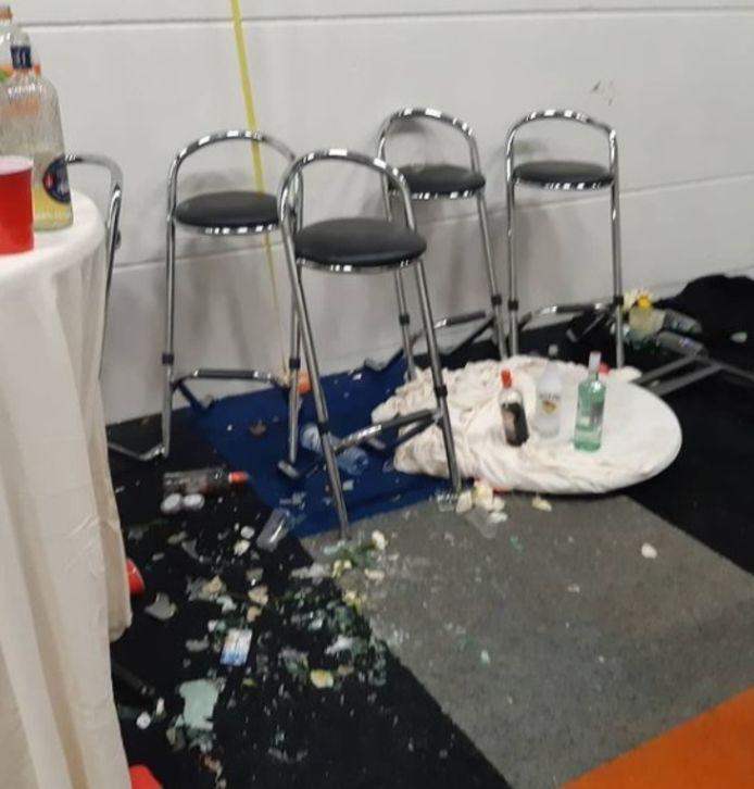 Het feest in een loods in Utrecht werd rond 23.00 uur beëindigd door de politie.