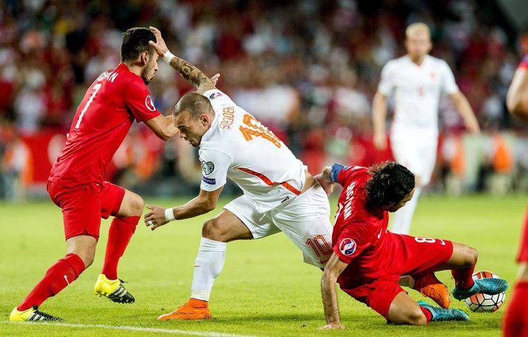 Wesley Sneijder in de tweede helft in duel met Oguzhan Özyakup (links), de maker van het eerste doelpunt, en Selcuk Inan. Beeld anp