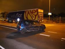 Automobilist rijdt tegen paal en slaat op de vlucht in Honselersdijk
