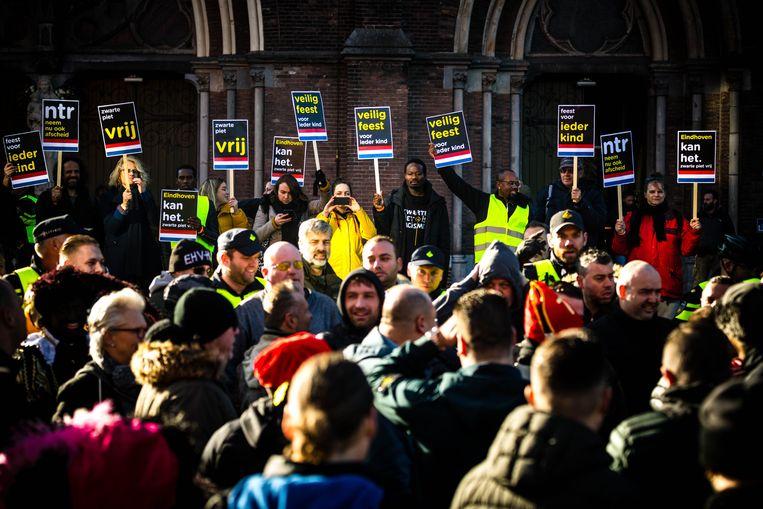 Leden van de harde kern van PSV geven een tegendemonstratie op de actie van Kick Out Zwarte Piet tijdens de intocht van Sinterklaas in Eindhoven. Beeld ANP