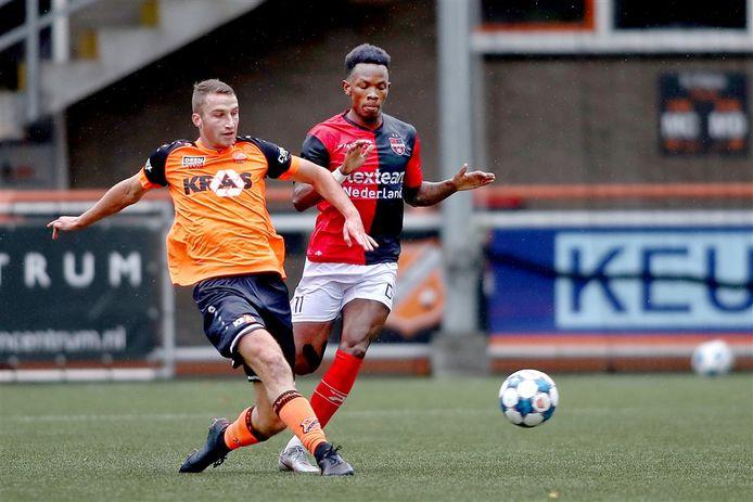Gavin Vlijter als speler van De Treffers in actie tegen Jong FC Volendam.