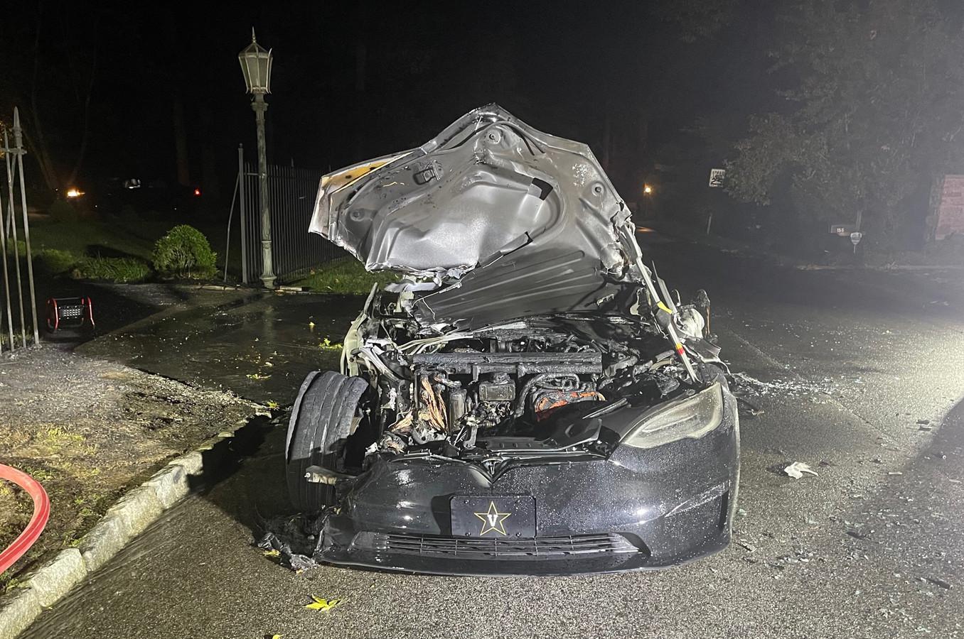 Het autobedrijf Tesla heeft de laatste jaren verschillende veranderingen aan het Model S Plaid doorgevoerd om het brandrisico te verkleinen. Toch blijven incidenten met de wagens niet uit.