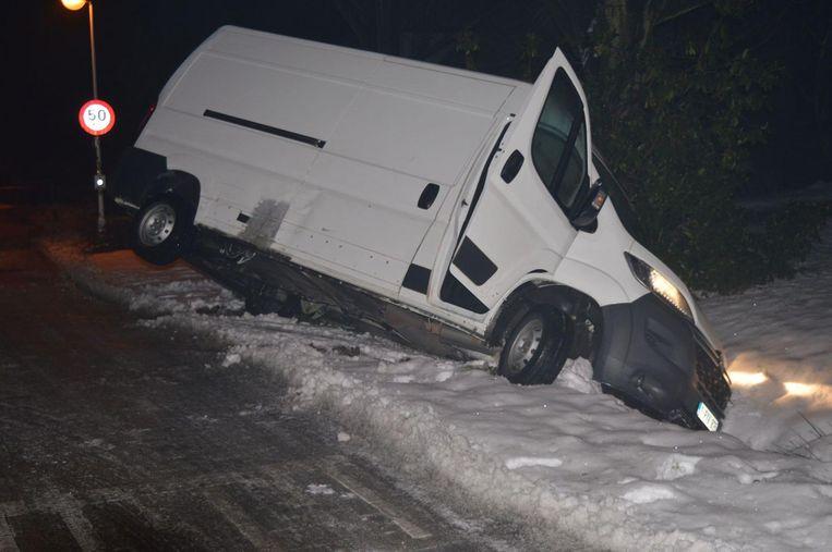 Een bestelwagen belandt in de gracht na slippartij.