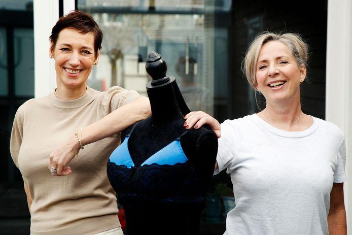 Anita Schimmel, voorzitter van Stichting Bratelle, en Anneke Geitenbeek bij een van de eerste prototypes van hun oedeembeha.
