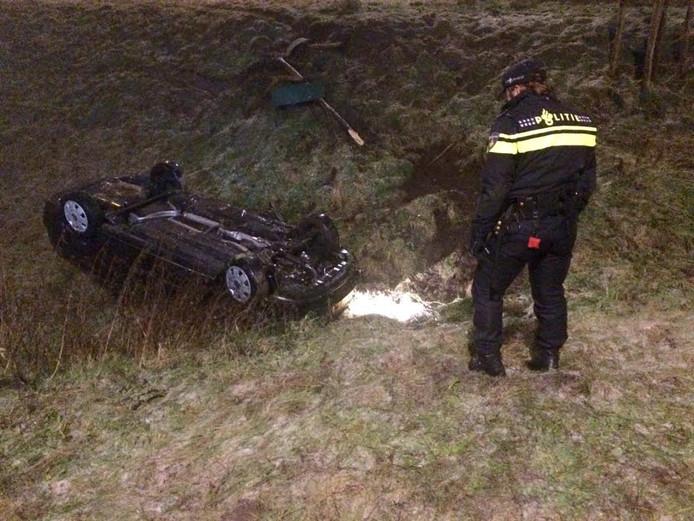 Op de N2 bij de afrit Veldhoven is zaterdagochtend een auto van het talud gereden.
