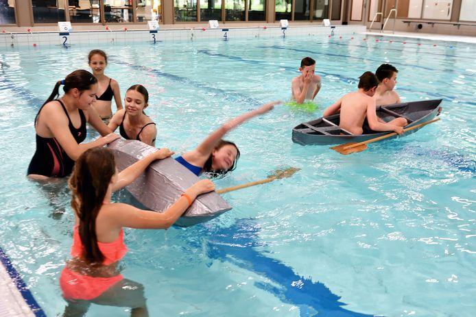 In zwembad De Banakker testen de leerlingen hun zelfgemaakte bootjes. Soms gaat dat goed, maar soms... plons!