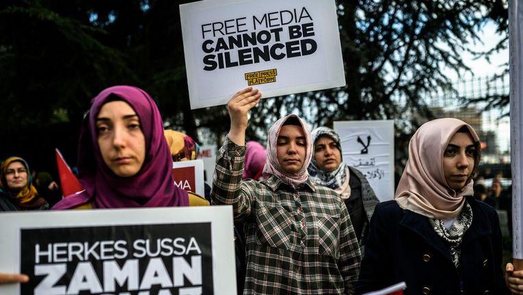 Mensen demonstreren tegen de bemoeienis van de regering met de krant Zaman, 4 maart 2016 in Istanbul. Na het ontslag van de hoofdredacteur schreef de krant een stuk minder kritisch over president Erdogan. Beeld afp