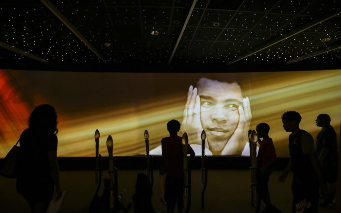 Bezoekers van het Muhammad Ali Center in Louisville, Kentucky, kort na het overlijdens van de bokslegende in juni.