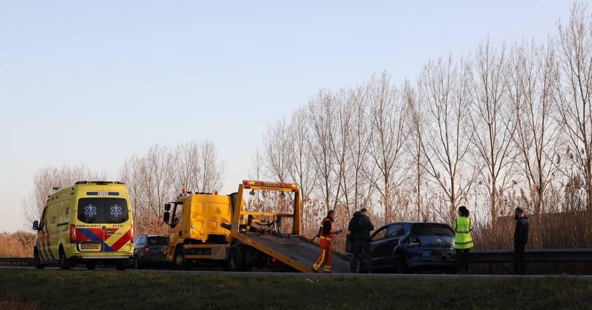 Auto en bestelbus weggesleept na botsing op provinciale weg in Veghel.